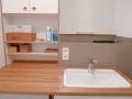 Badezimmerkompletteinrichtung, hier Waschtisch mit Aufsatzregal