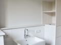 Zweiseitiger Badezimmerschrank aus Lärchenholz weiß lasiert
