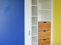Einbauschrank-weiß-und-blau-mit-Massivholzschubkästen