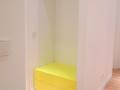 Garderobe mit Neongelblackierten Elementen