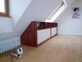 Sideboerd für eine Dachschräge mit Schiebetüren und offenen Fächern