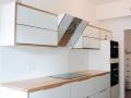 Küche-Multiplex-weiß-mit-ausgesuchtem-Massivholz-Kernesche