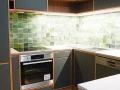 Küche-Tischlerplatte-Eiche-mit-Linoleumfronten-und-Imibetonarbeitsplatte-mit-LED-Beleuchtung