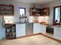 Küche aus Kirschbaumholz und Weißlack