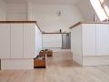 Küche aus Multiplex und Eichenholzarbeitsplatte mit Sockelschubladen Detail