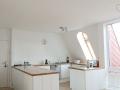 Küche aus Multiplex und Eichenholzarbeitsplatte mit Sockelschubladen