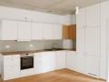 Küche aus Multiplex und Eichenholzarbeitsplatte und Grifffräsung