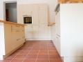 Küche mit Kochinsel aus Eschenholz und Lackfronten