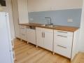 Küche mit eingeschlagenen Türen aus Multiplex mit Eichenarbeitsplatte