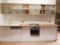 Küche weiß mit Eichenholzarbeitsplatte und Glasschiebetüren