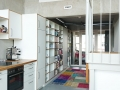 Küche_weiß--mit-geölter-Eichenarbeitsplatte_angrenzende-Regaleinbauten